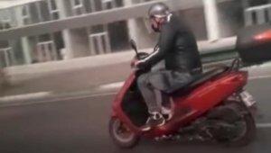 Trafikte ilginç anlar... Motosikletini kamçılayan adam - Bursa Haberleri
