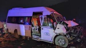 Yolcu minibüsü ile traktör çarpıştı: 8 yaralı