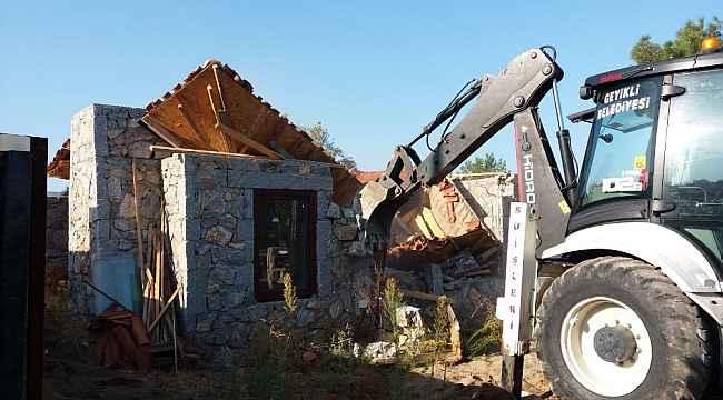 Zeytinliklere yapılan kaçak villalar yıkıldı