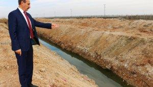Akçakale'de bataklık yaşanan mahallede tahliye kanalı açıldı