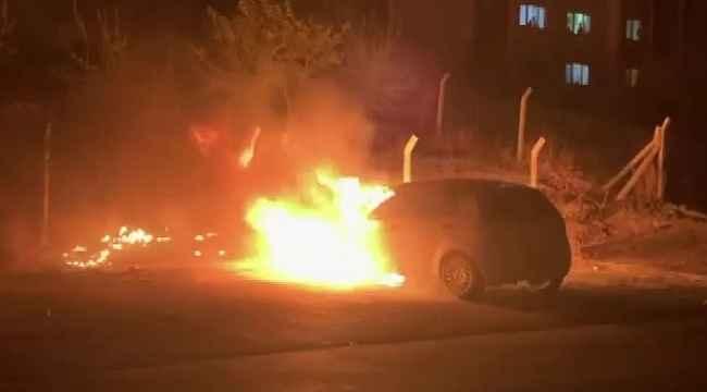 Alev topuna dönen otomobil hem yandı hem patladı