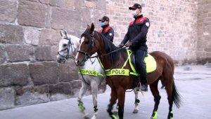 Atlı polislerden sigara ve maske denetimi