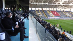 Bakan Kasapoğlu, Gençlerbirliği-Fenerbahçe maçını tribünden takip ediyor