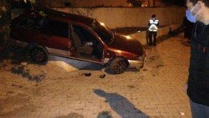 Balıkesir'de araç evin bahçesine uçtu: 3 yaralı