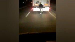 Bursa'da tırın arkasından giden bisiklet sürücüsü ölüme meydan okudu