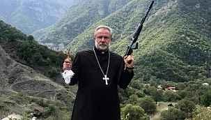 Elinde silah ile Azerbaycan'ı tehdit eden rahip Erivan'a kaçtı