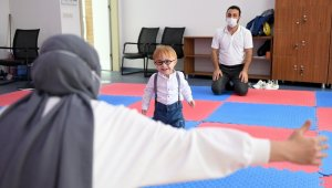 Engelli çocuk, 10 aylık eğitimin ardından yürümeye ve konuşmaya başladı