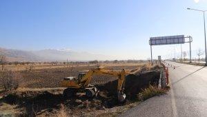 Erzincan-Sivas kara yolunda bulunan köprüde genişletme çalışmaları başladı