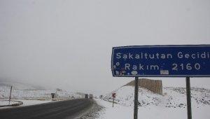 Erzincan'ın yüksek kesimlerinde kar, şehirde asfalt