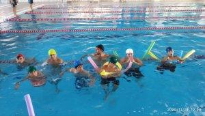 Hizanlı öğrenciler ilk defa yüzme havuzuyla tanıştı
