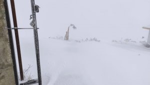 Karacadağ'da mevsimin ilk karı yağdı