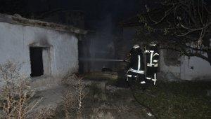 Karaman'da metruk evde çıkan yangın söndürüldü
