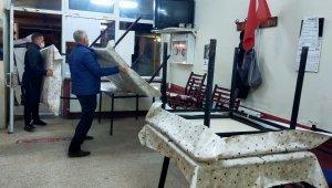 Kıraathanelerde masa ve sandalyeler toplandı, kapılara kilit vuruldu