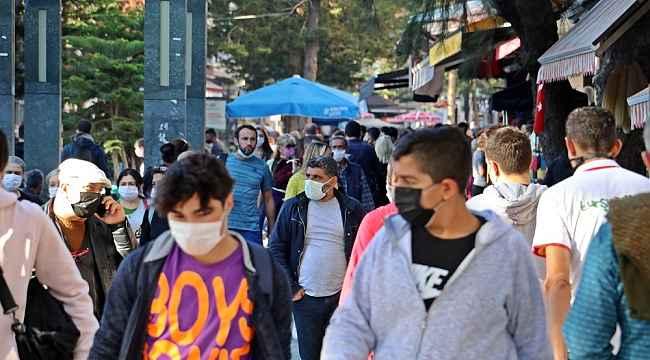 Kısıtlamaya saatler kala Antalyalılar sokaklara döküldü