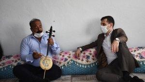 Mahallelerini ziyaret eden Kaymakam için Türkçe ve Kürtçe şarkı söyledi