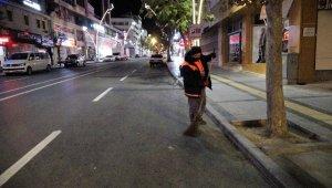 Sessizliğe bürünen cadde ve sokaklar temizlik görevlilerine kaldı
