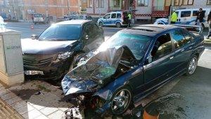 Sivas'ta otomobiller çarpıştı: 2 yaralı