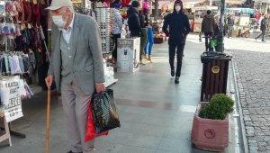 Yaşlılardan sokağa çıkma yasağı öncesi alışveriş için sokaklara akın etti
