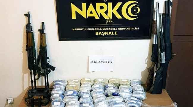 Başkale'de 47 kilo 944 gram afyon sakızı ile 2 adet AK-47 Kalaşnikof marka silah ele geçirildi