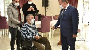 Engellilere tekerlekli sandalye ile kıyafet dağıtıldı