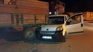 Hafif ticari araç park halindeki traktör römorkuna çarptı: 1 yaralı