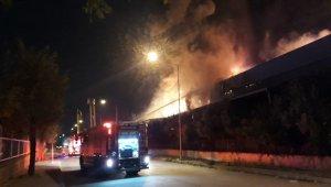 İzmir'in Çiğli ilçesinde bulunan Atatürk Organize Sanayi bölgesinde bulunan bir plastik fabrikasında henüz bilinmeyen bir nedenle yangın çıktı. Yangında iş yerinde bulunan 6 işçi tahliye edildi, yangını söndürme çalışmaları devam ediyor