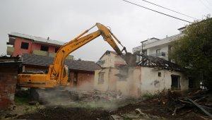Kocaeli'de hasarlı yapıların yıkımı sürüyor
