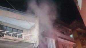 2 katlı binadaki yangını fark eden bekçiler olası faciayı önledi