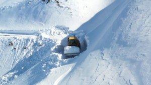 8 metrelik karda yol açma çalışması