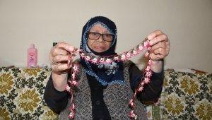 81 yaşındaki Pakize teyze, iğne oyası ile 4 çocuk okutup, evlendirdi