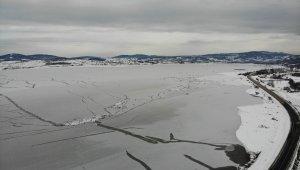 870 hektarlık göl buz tuttu
