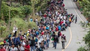 ABD'ye gitmek için yola çıkan Honduraslı göçmenler Meksika'ya doğru ilerliyor