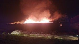 Adana'nın Seyhan İlçesi Akkapı mahallesinde bulunan bir mobilya atölyesinde yangın çıktı. Alevler tüm atölyeyi sararken üst katında bulunan iki eve de sıçradı. İtfaiye ekiplerinin müdahalesi devam ediyor.