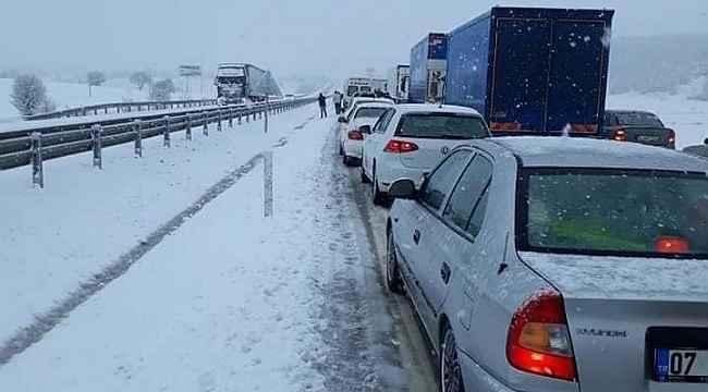 Afyonkarahisar-Antalya karayolu kar yağışı nedeniyle kapandı