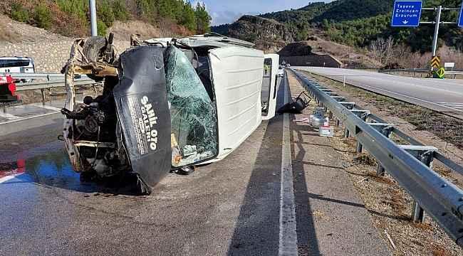 Amasya'da minibüs devrildi: 2 yaralı