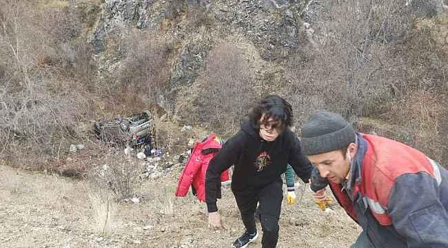 Amasya'da otomobil yamaçtan devrildi: 4 yaralıyı vatandaşlar çıkardı