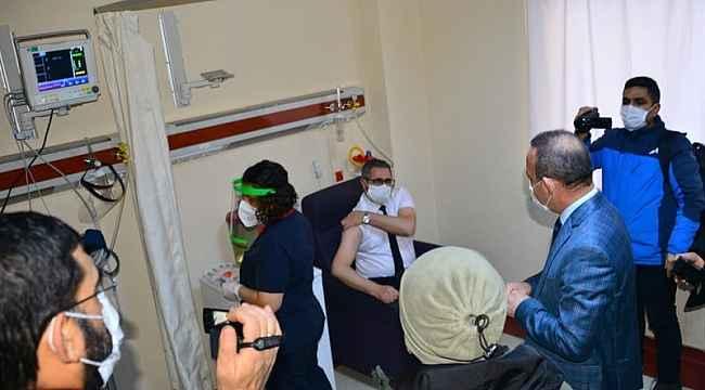 Ardahan'da Koronavirüs aşılaması, Vali Hüseyin Öner'in de katıldığı program ile başladı