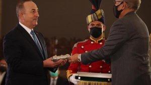 """Bakan Çavuşoğlu'na Pakistan Cumhurbaşkanı Alvi'den """"Hilal-e Pakistan"""" nişanı"""