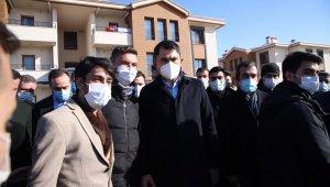 Bakan Kurum, deprem konutlarını inceledi