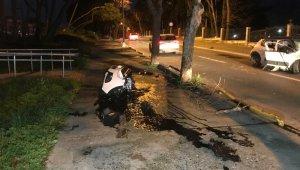 Bakırköy'de ağaca çarpan otomobil ikiye bölündü: 4 yaralı