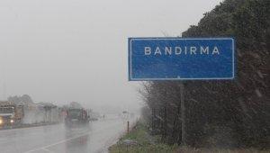 Bandırma'nın yüksek kesimlerinde kar yağışı etkili oldu