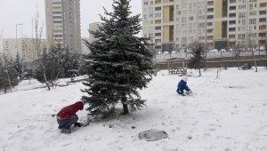 Başakşehir'de çocuklar kartopu oynayıp, tepsiyle kaydılar