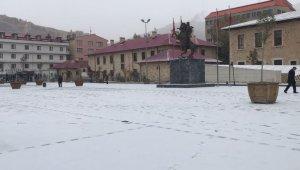 Bayburtlular güne kar yağışıyla uyandı