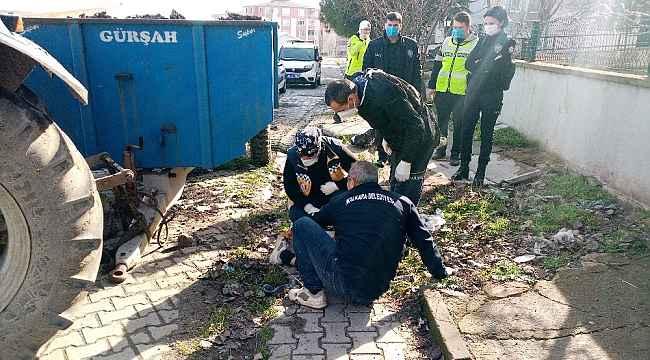 Belediye görevlisinin talihsiz anı: Traktöre takmak istediği römork demiri ayağına düştü