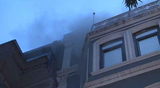 Beyoğlu'nda otel yangınında 2 kişi içeride mahsur kaldı