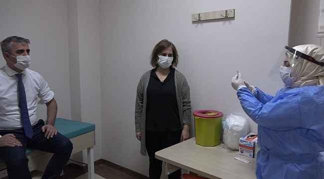 Bingöl'de sağlık çalışanlarına aşı yapılmaya başlandı
