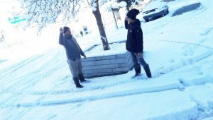 Burhaniye'de kar yağışı etkili oldu