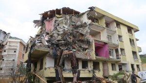 Büyükçekmece'de risk taşıyan 3 bina daha yıkıldı