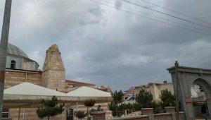 Cami minaresi şiddetli rüzgardan yıkıldı