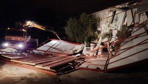 Çatıları uçuran fırtına, mahalleyi karanlığa gömdü